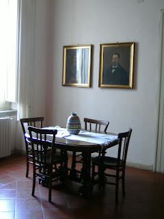 angolo dello studio, con gli unici ritratti di antenati (trisavoli penso...)