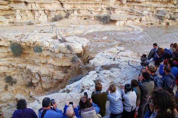 Veja o exato momento do renascimento de um rio em Israel