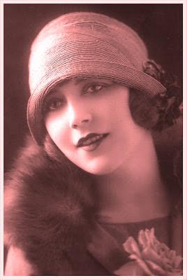 postal vintage en tonos rojizos con chica antigua