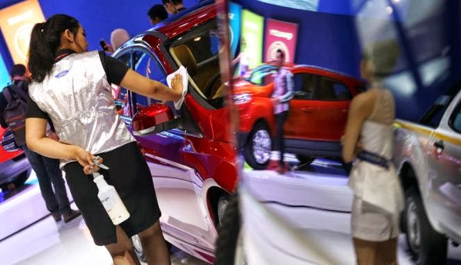 car wash girls in iims 2013 photo a girl cleaning the car on display ...