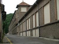 Travessant la fàbrica de Viladomiu Nou