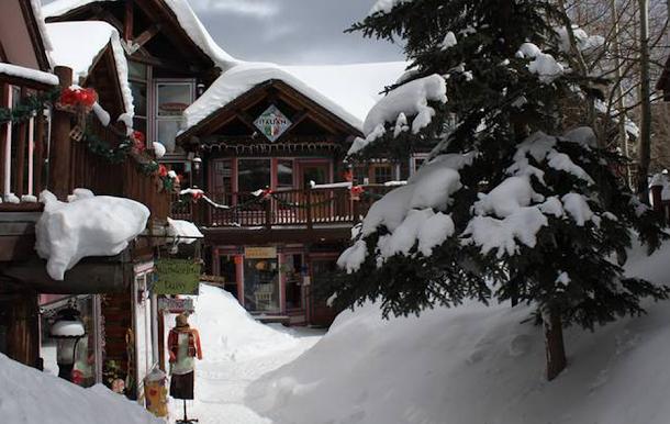 No Colorado, essa é a cidade de Breckenridnge, parece até um cenário natalino, como presente podemos comprar produtos com maconha legalizada nas lojas.