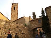 El campanar i el pont d'arcs carpanells de l'església de Santa Coloma de Cervelló
