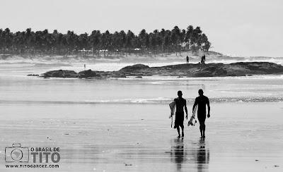 Surfistas aproveitam os trechos que possuem ondas na Praia de Santo Antônio, no Litoral Norte da Bahia - Por Tito Garcez