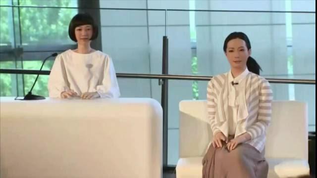 Femmes robots hallucinantes! Deux androïde parfaite en démonstration