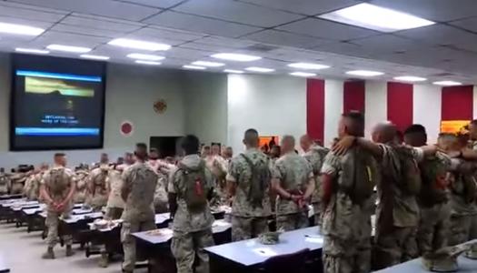 """Soldados cantan """"Días de Elías"""""""