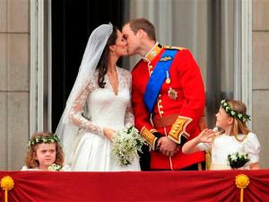Foto Ciuman Pangeran William Dan Kate Middleton