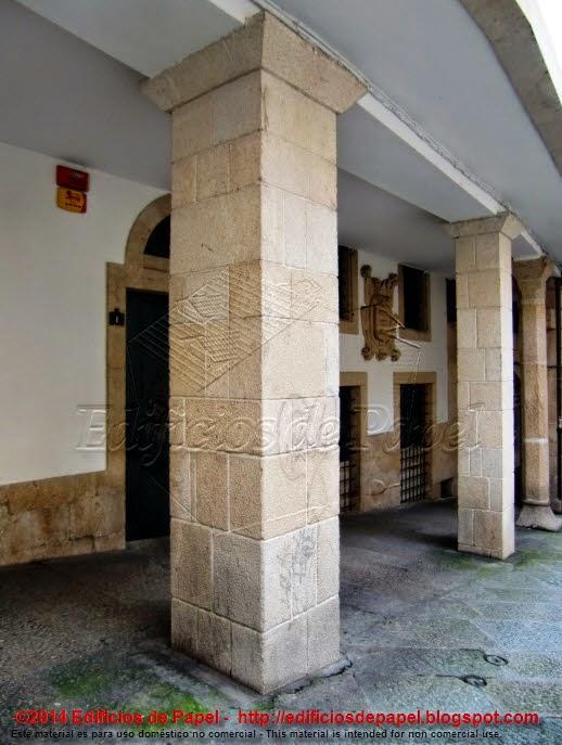 Edificio con escudo y soportales en la plaza de las Damas