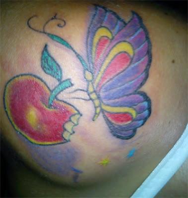 no ombro de uma bela borboleta  de tatuagens