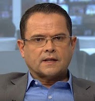 Imagem do jornalista Sidney Resende enquanto trabalha na Globo