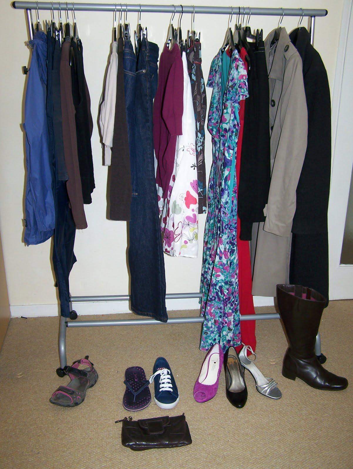 http://1.bp.blogspot.com/-Z0vvrYNIeNU/TjxfTU39OGI/AAAAAAAAACM/5Ar6jyID-DM/s1600/minimalist+wardrobe+007.jpg