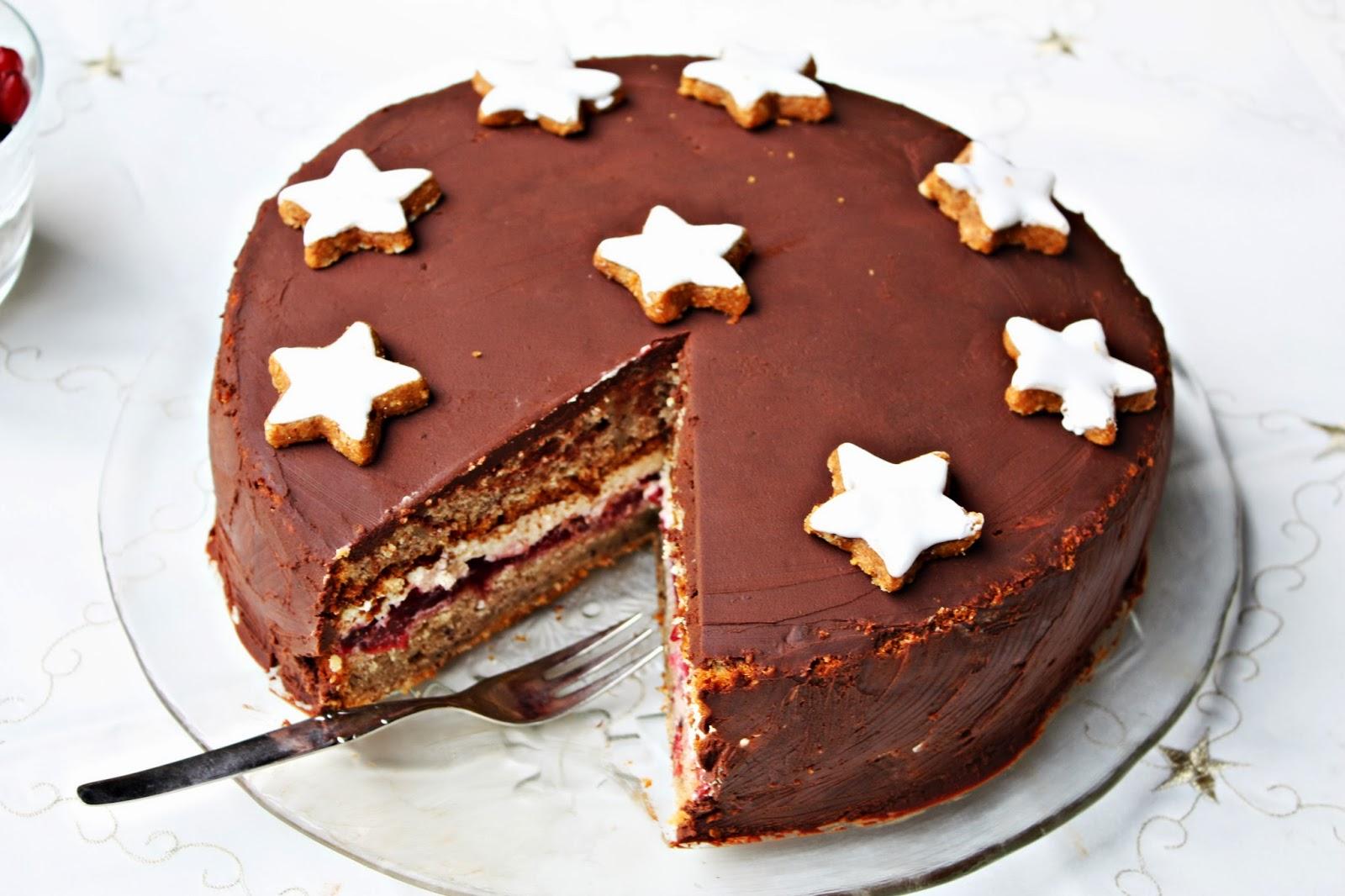 Weihnachtstorte mit Marzipan Glühwein Kirschen und Zimt-Buttercreme