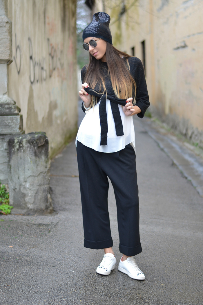 maglione pantaloni cropped sneakers