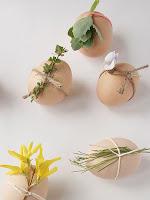 Натурални яйца за Великден с украса от листа и цветя