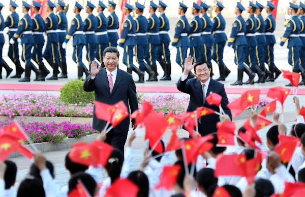Chinese President Xi Jinping (L) and Vietnamese President Truong Tan Sang wave during a welcoming ceremony in Beijing, capital of China, June 19, 2013. (Xinhua/Yao Dawei)