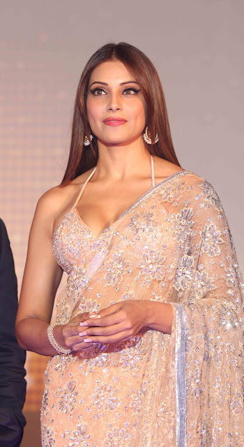 Bipasha Basu Show Big Cleavage In Saree Photos