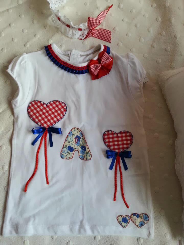 camiseta niña con globos de corazon de vichy y letra personalizada
