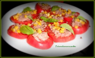 pomodori con tonno mais e semi di lino