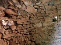 Interior de la cinquena barraca on s'aprecien les dues obertures i l'arrencada de la volta