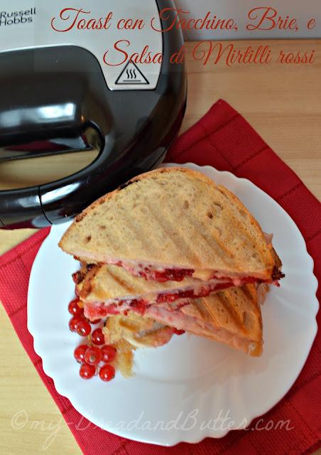 Toast con tacchino, brie e  salsa di mirtilli