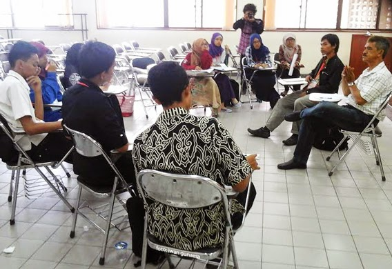 Suasana akrab kelas editor dipandu Adi Raksanagara saat pelatihan jurnalistik di FPMIPA UPI (20/9)