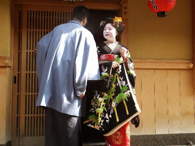満面笑みを浮かべて男衆さんと共に姿を魅せ、各お茶屋さんやお店を一緒に回った。