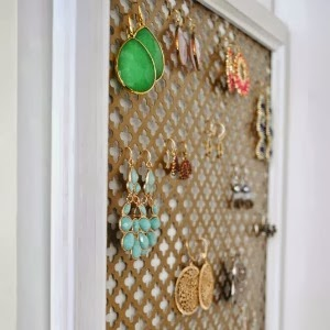 http://www.thechroniclesofhome.com/2014/01/five-minute-earring-organizer.html
