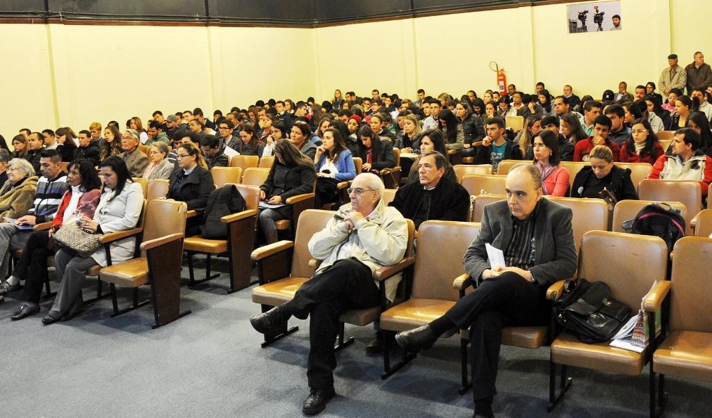"""Foto 2: O Engenheiro Fernando Moreira (sentado primeiro à direita) ministrou a  palestra """"Gerenciar: algo que pode acontecer com você""""."""