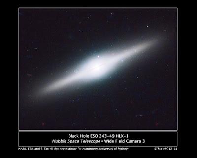NASA: Hubble descubre una reliquia. Agujero negro intermedio rodeado de cúmulo de estrellas azules.