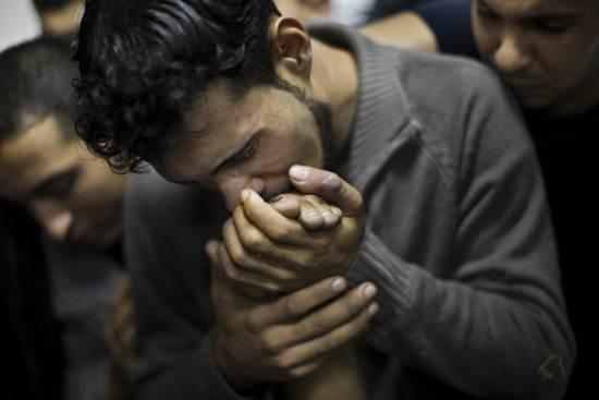 lelaki-bersedih-kehilangan-saudara-di-gaza-palestin