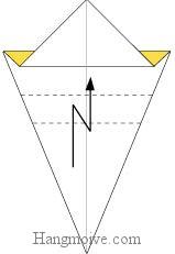 Bước 5: Gấp gấp khúc tờ giấy lên.
