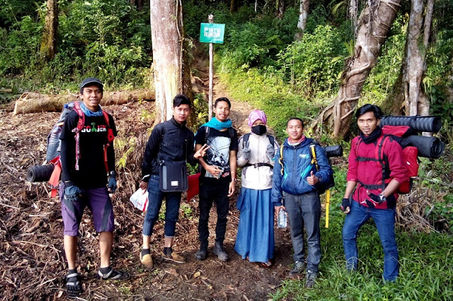team gojek mendaki gunung