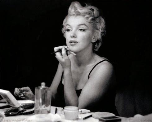 marilyn monroe aplicando barra de labios