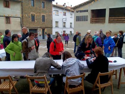 Una bona colla de caminaires s'acosta a la Placeta del Barri atrets per aquest interessant recorregut