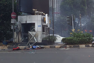 Bom meledak di Pos Polisi di Jl MH Thamrin, depan Sarinah, Jakarta Pusat, Kamis (14/1)