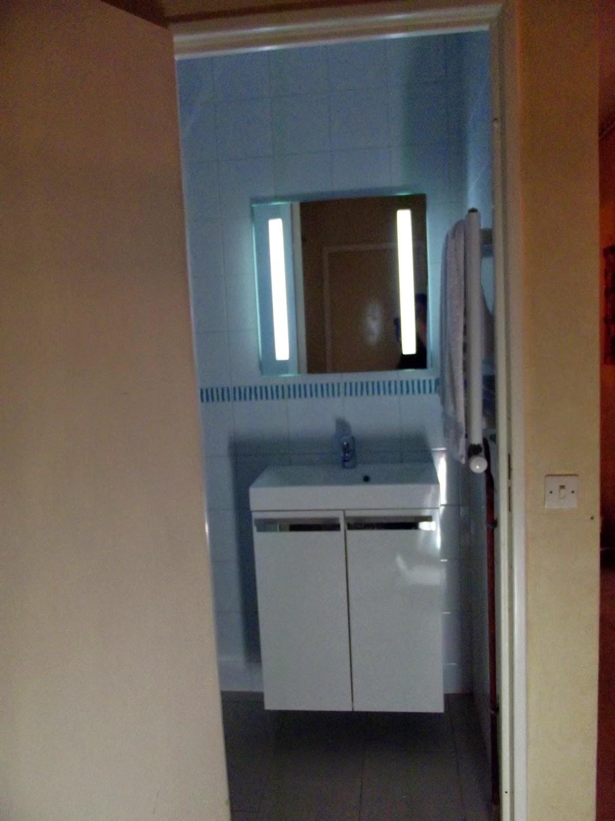 Chambre mur noir paillete for Petite salle de bain blanche