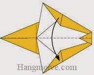 Bước 7: Gấp đôi cạnh tờ giấy xuống phía dưới.