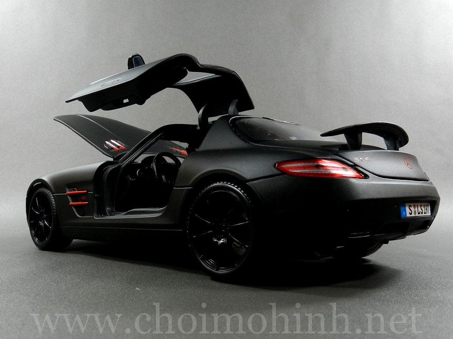 Mercedes-Benz SLS AMG Matt-Black 1:18 Maisto door