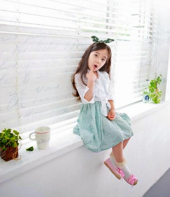 Gambar Aleyna Yilmaz sedang duduk