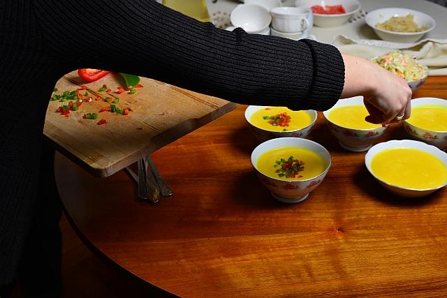 Zupa krem z kukurydzy ozdobione papryką