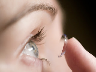 Lentes de Contato com Grau: Mulher colocando a lente no olho
