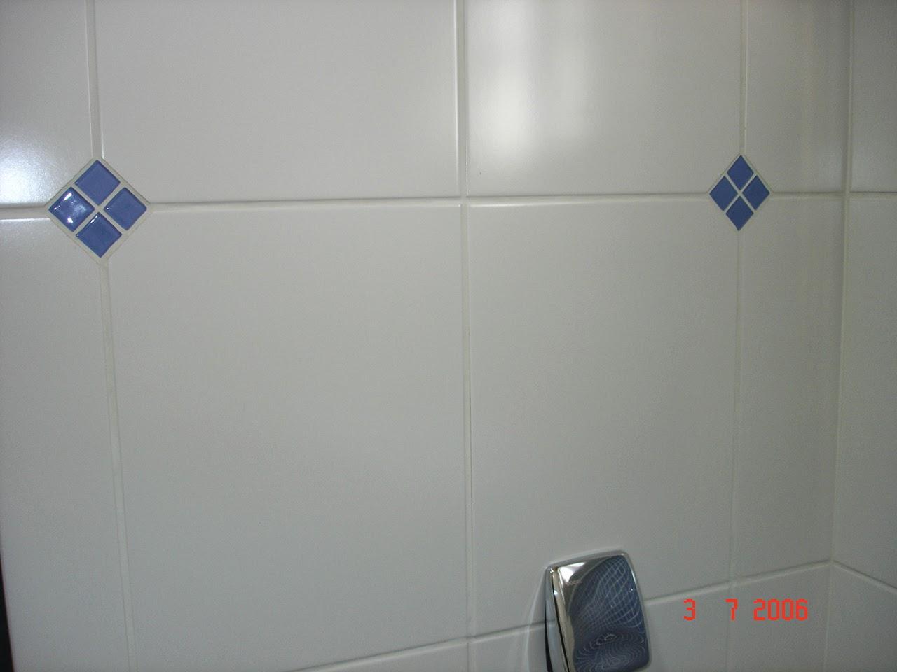 Studio Ceramico: Obra: Banheiro branco com pastilha azul #9D392E 1280x960 Banheiro Branco Com Rejunte Azul