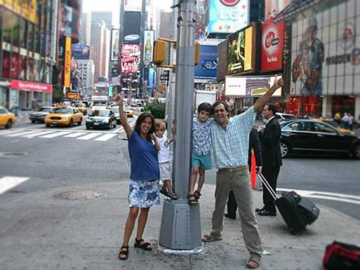 The Facemash Post - Pasangan Herman dan Candelaria Zapp Keluarga Unik Ini Telah Berpetualang Keliling Dunia dengan Mobil Antik Selama 11 Tahun - Dari kiri, Candelaria, Tehue, Pampa dan Herman berpose di New York's Times Square pada 2007