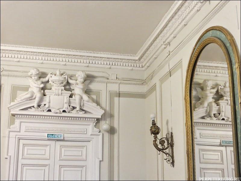 Зала с ангелами и старинным зеркалом в квартире Бильдерлингов, Санкт-Петербург
