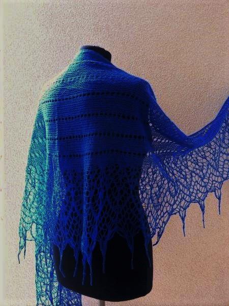 TE KOOP: kobaltblauwe shawl met kraaltjes.