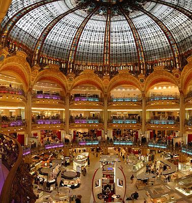 «Paris Lafayette inside» par Wouter Hagens — Travail personnel. Sous licence Domaine public via Wikimedia Commons - https://commons.wikimedia.org/wiki/File:Paris_Lafayette_inside.jpg#/media/File:Paris_Lafayette_inside.jpg