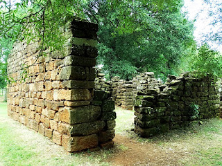 Ruínas de casa indígena na redução de San Ignacio Mini.