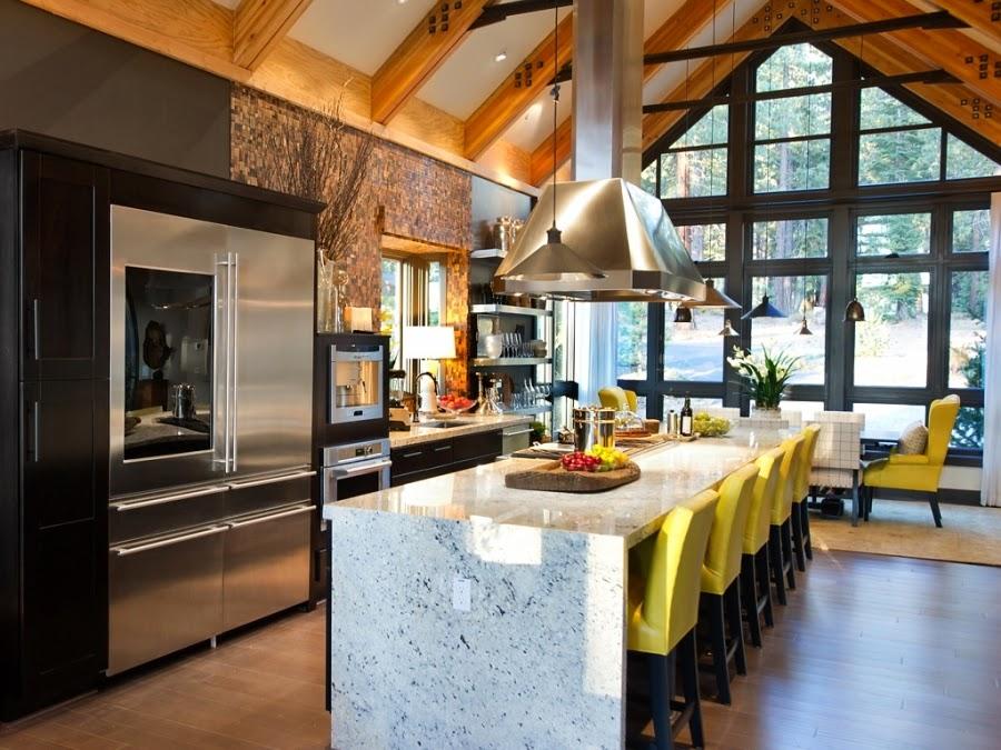 dom, wnętrza, wystrój wnętrz, dom drewniany, duże okna, styl klasyczny, kuchnia, blat, wyspa, żółte krzesła