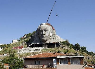 Patung Pahatan Gunung Batu yang Luar Biasa