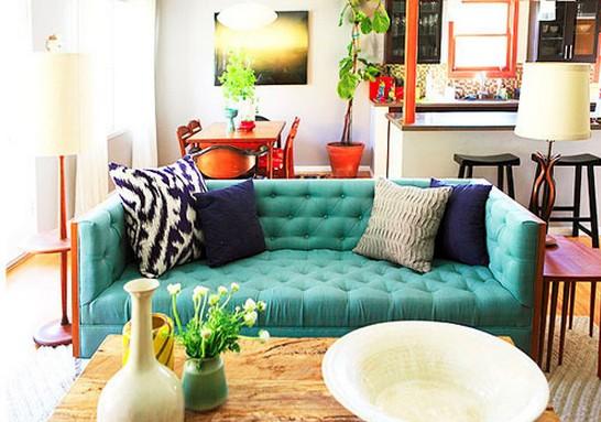 Sofá colorido na decoração